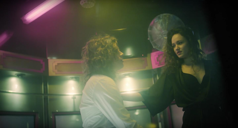 Lucas Hamming voert peepshow op in nieuwe videoclip