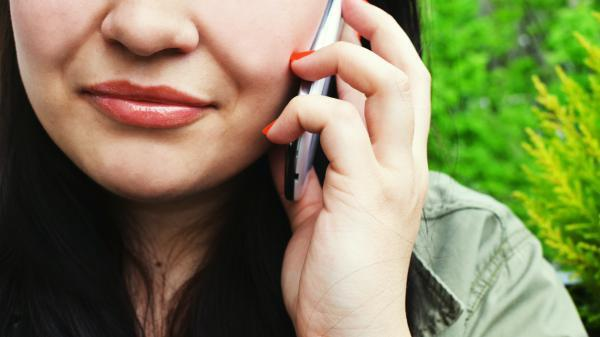 22 3d778b3185 person woman smartphone calling 3063