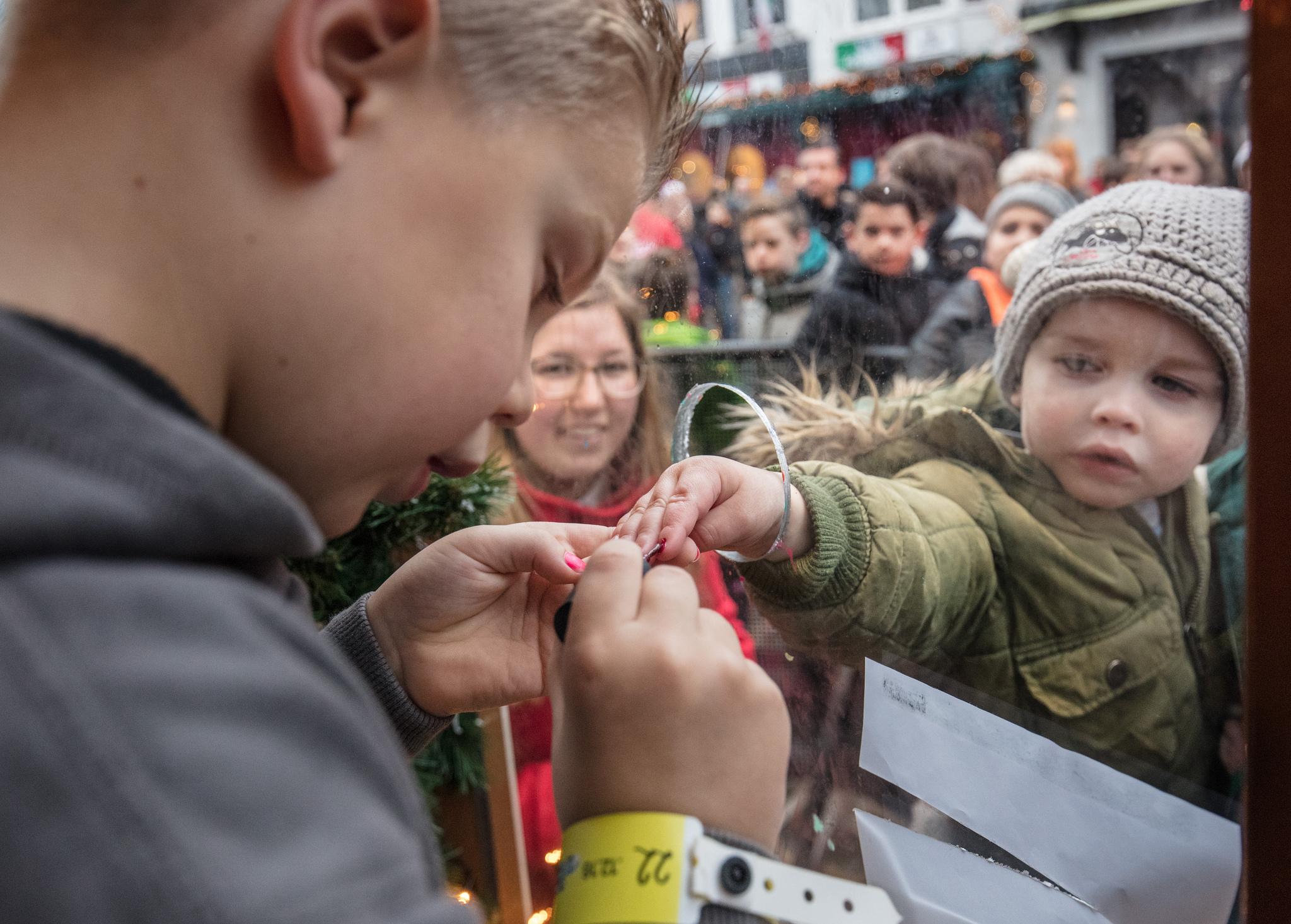 5121191 tijn nagels lakken jongetje sr16 foto hans peter van velthoven