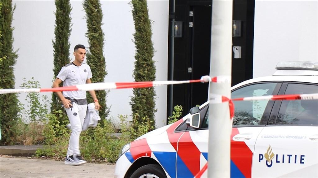 Eran Zahavi buiten zijn woning na de overval.