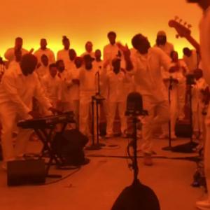 Kanye West danst samen met North tijdens zijn muzikale Sunday Service