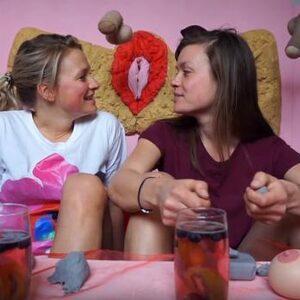 Onzeker over je schaamlippen? Krista en Marcelle bespreken het in 'Sekszusjes TV'