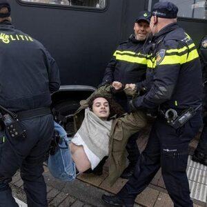 Klimaatactivisten afgevoerd door mobiele eenheid in Amsterdam