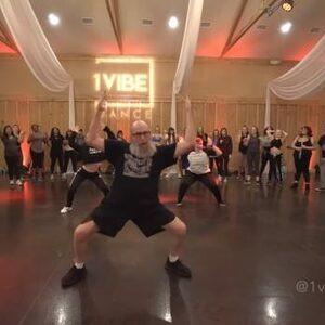 Oudere man doet keiharde choreo op Post Malones 'Wow'