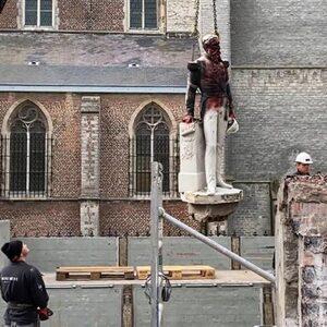 Opnieuw twee omstreden standbeelden in Londen en België verwijderd