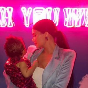 Dit is hoe over de top Kylie Jenner en Travis Scott Stormi's verjaardag vierden