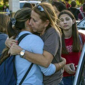 Oud-leerling (19) schiet zeventien scholieren dood op school in Florida