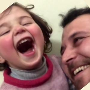 Syrische vader leert dochter om te lachen bij bominslagen