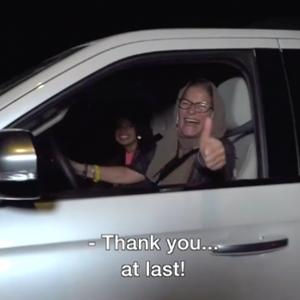 Saudische vrouwen mogen eindelijk autorijden en krijgen bloemetje van agenten