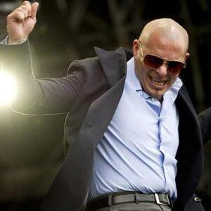 Pitbull zet privévliegtuig in om kankerpatiënten te evacueren uit verwoest Puerto Rico