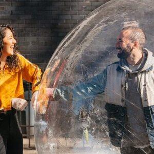Man die date regelde met drone heeft haar nu ontmoet in opblaasbare bal
