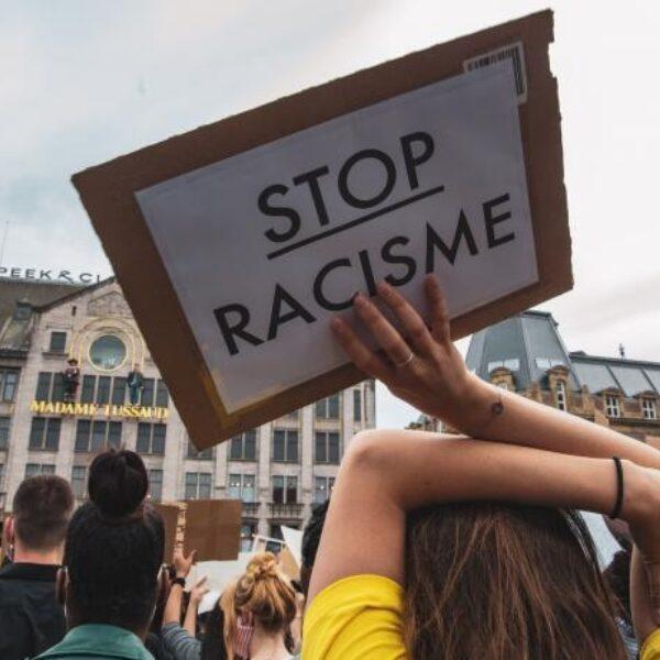 Vriendinnen starten petitie om racisme verplicht te behandelen op school