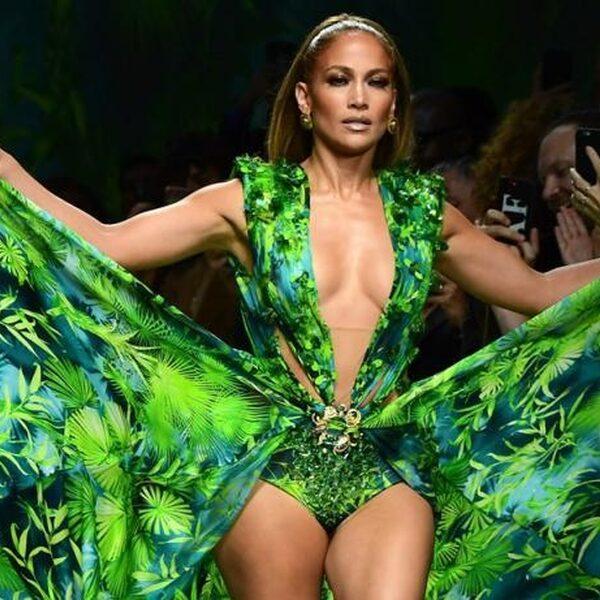 Jennifer Lopez steelt Versace-show in haar beroemde groene Grammy-jurk