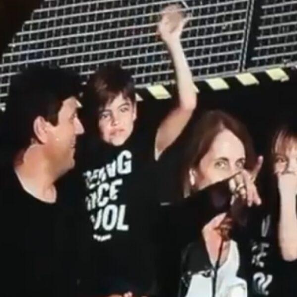 SCHATTIG: Zoontjes van Shakira zien moeder voor het eerst optreden in Amsterdam