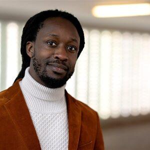 Akwasi pakt laptops af van journalist na vragen over Dam-speech