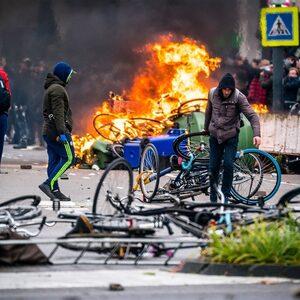 Onrust in meerdere steden om avondklok, ziekenhuis Enschede bekogeld