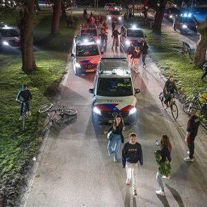 Politie beëindigt feest met honderden mensen in Amsterdams Vondelpark