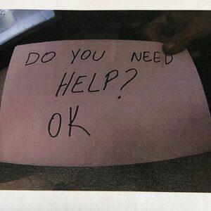 Serveerster redt zwaar mishandeld jongetje met briefje