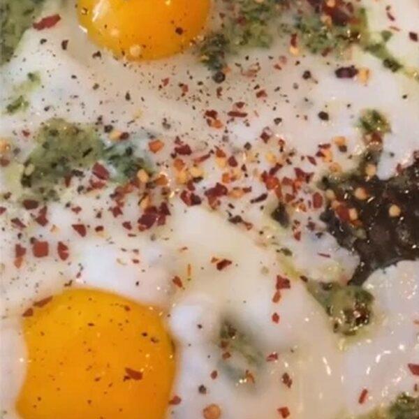'Pesto eggs' zijn de nieuwste foodtrend op TikTok: zo maak je ze
