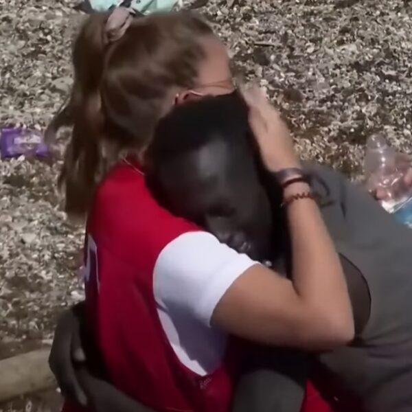 Spaanse hulpverleenster krijgt haatreacties na troosten Senegalese vluchteling