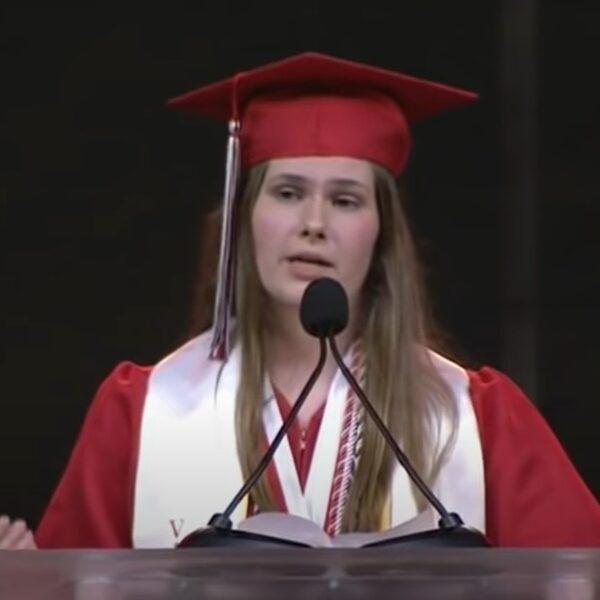 18-jarige Paxton gaat viral met diplomaspeech waarin ze abortuswet aankaart
