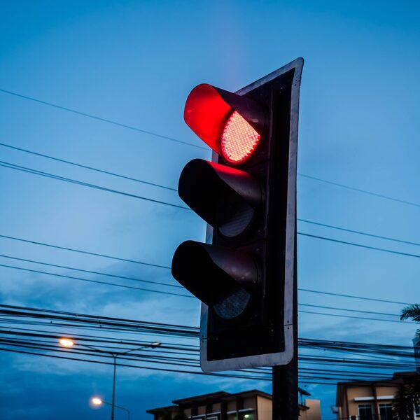 Vrouw neemt wraak op ex door 49 keer door rood te rijden in zijn auto