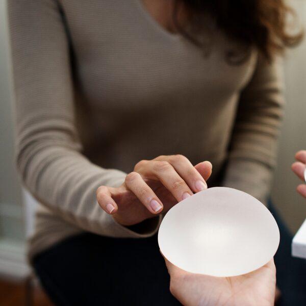 Doodziek door borstimplantaten? Dat moet je eerst zelf zien te bewijzen