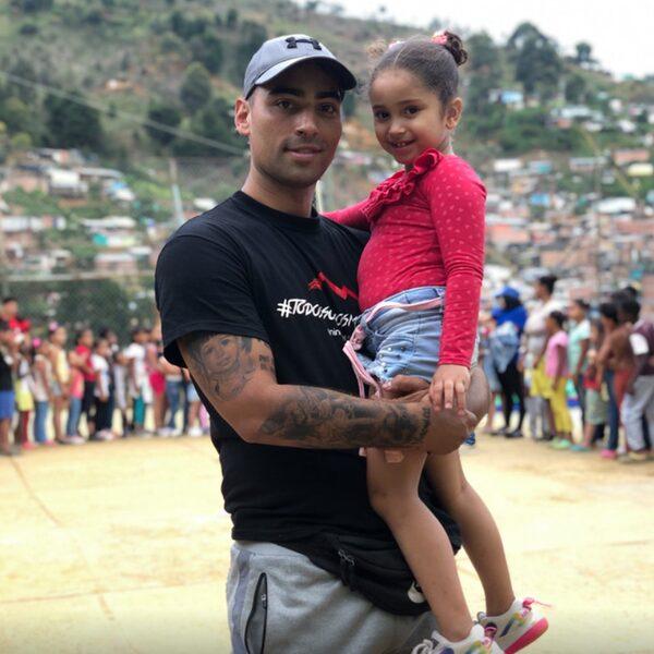"""Yino (30): """"Colombiaanse kids in achterstandswijken helpen, is wat mij gelukkig maakt"""""""