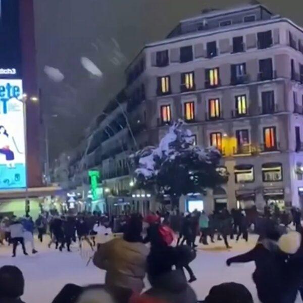 Enorme sneeuwbalgevechten uitgebroken in Madrid na heftige sneeuwval