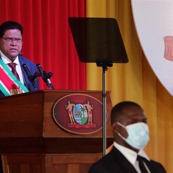 Hulpmiddelen vanuit Nederland naar Suriname vanwege 'onbeheersbaar' coronavirus