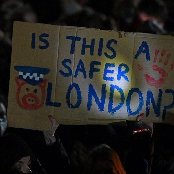 Britse politie grijpt in tijdens wake voor vermoorde Sarah Everard