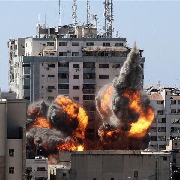 Persgebouw in Gaza-stad gebombardeerd door Israëlische leger