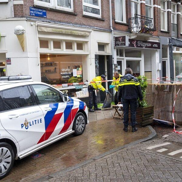 Man steekt vijf mensen achter elkaar neer in Amsterdam, één persoon overleden