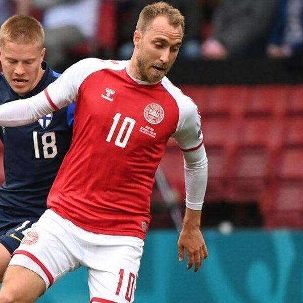Voetballer Christian Eriksen van Denemarken zakt in elkaar tijdens EK-duel