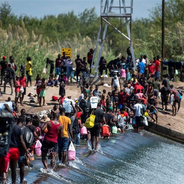 VS wil Haïtianen die leven onder Texaanse brug op deportatievluchten zetten