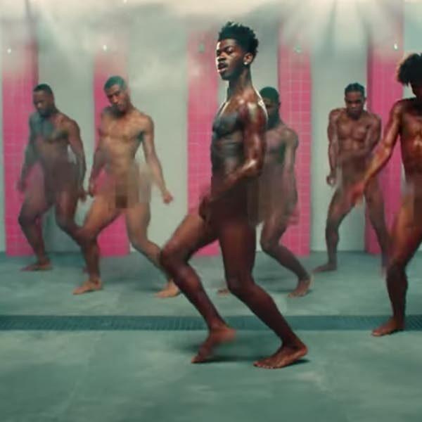 Lil Nas X danst naakt onder gevangenisdouche in gewaagde videoclip