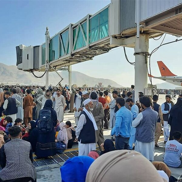 Nederlandse militairen hebben Afghaanse gezinnen op evacuatielijst weggestuurd van vliegveld