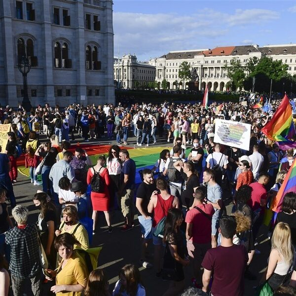 Duizenden mensen protesteren in Hongarije na goedkeuren anti-lhbtqi-wet