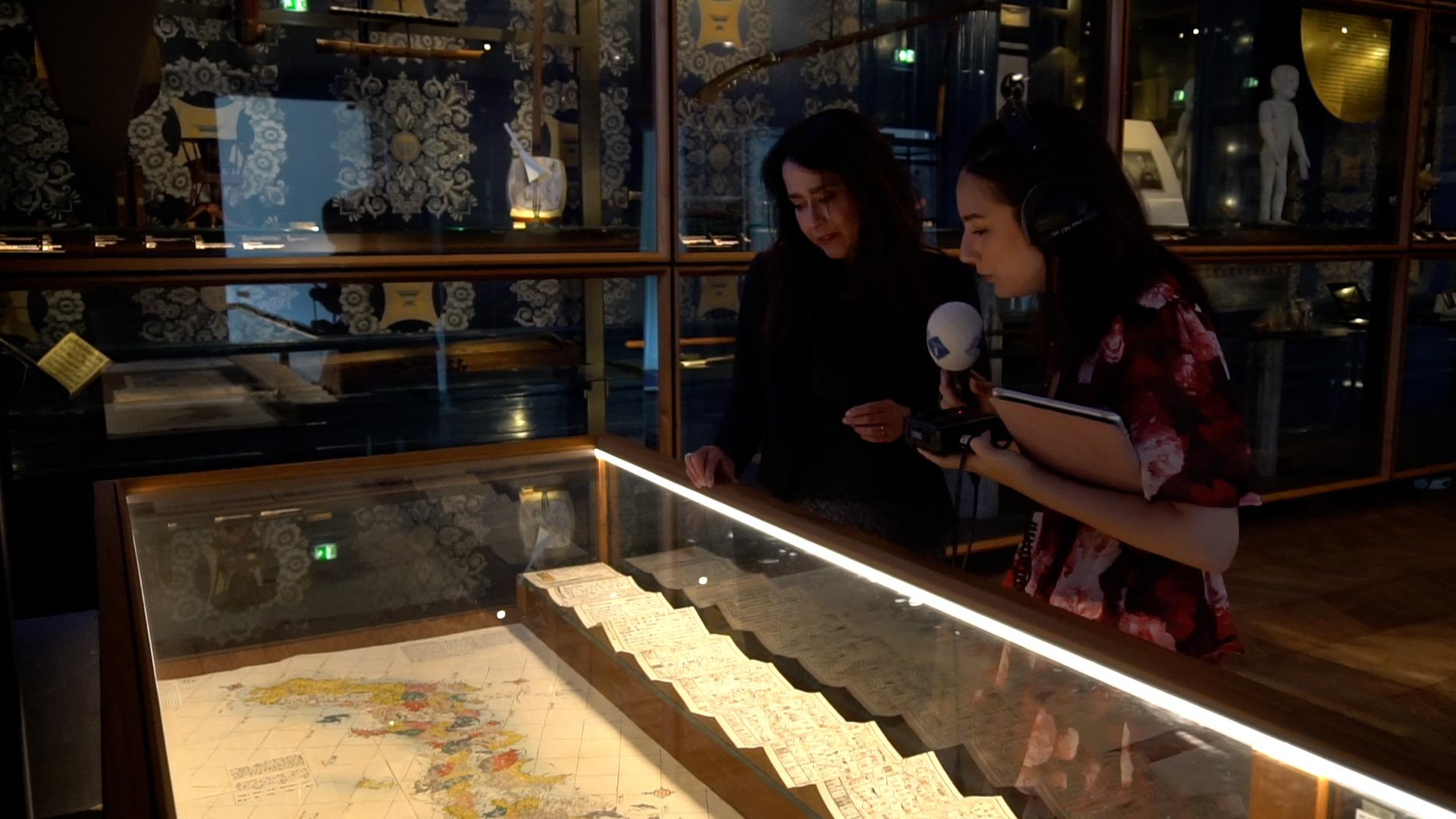 Mai Verbij en Kris Schiermeier bekijken de Japanse kaart