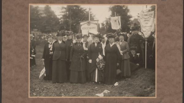 28 1fc4844fc7 hoofdbestuur vereeniging voor vrouwenkiesrecht grote demonstratie amsterdam 18 juni 1916 collectie iav atria