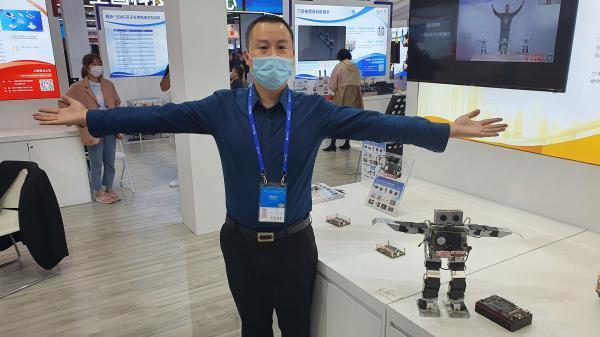 30 a8b62b5d52 Aflevering 2 Kleine robot van Quanai volgt de bewegingen van de gebruiker