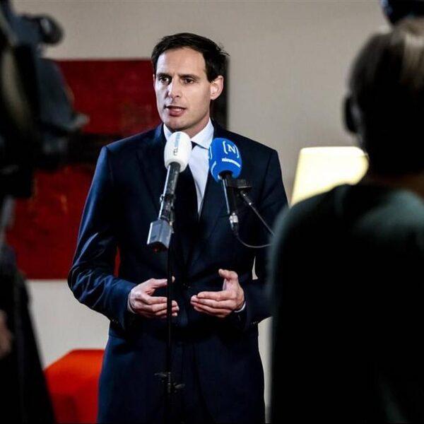 Stand.nl: 'Minister Hoekstra moet zijn poot stijf houden rondom de staatssteun aan KLM'