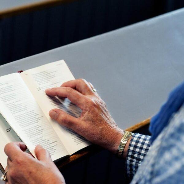 Nog even en de Bijbel is ook te 'lezen' in Nederlandse gebarentaal