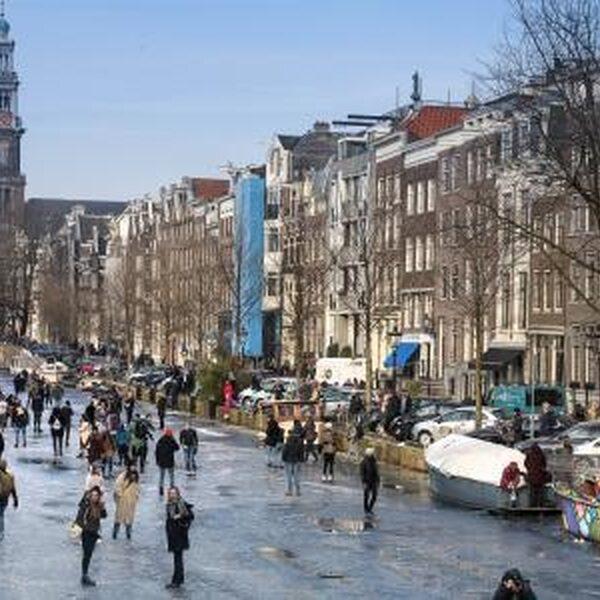 De wereld kijkt toe hoe Nederland op de grachten schaatst
