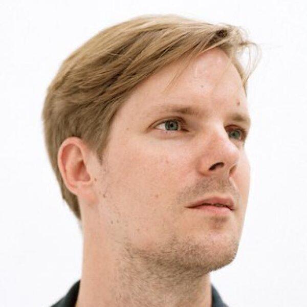 Joost de Vries brengt 'gewoon' zijn nieuwe boek uit, crisis of niet
