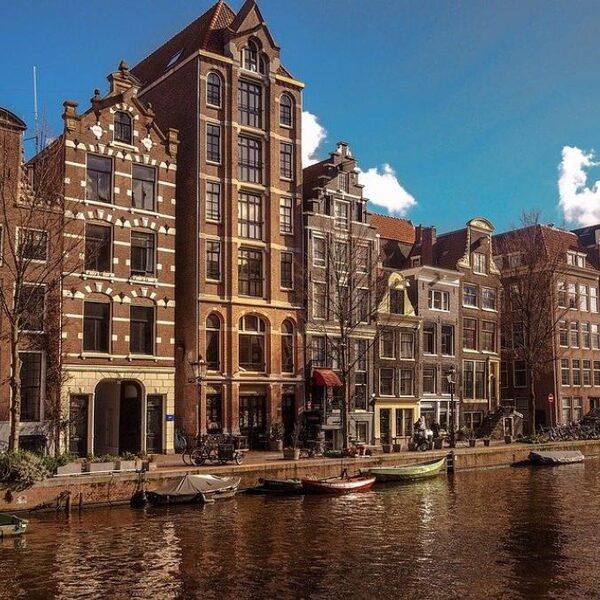 'Drie kabinetten Rutte hebben toch flink liggen slapen,' aldus Kees van Amstel over woningtekort