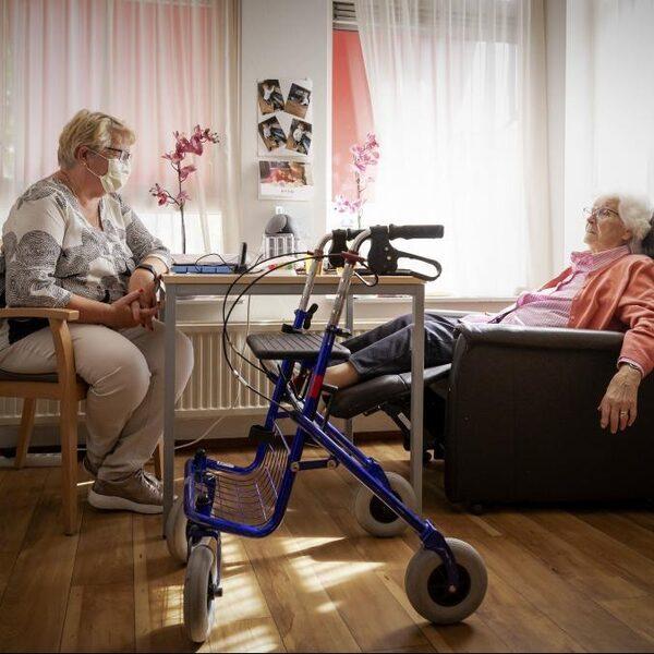 Podcast De Zomerdag: Als je je moeder uit het verpleeghuis haalt