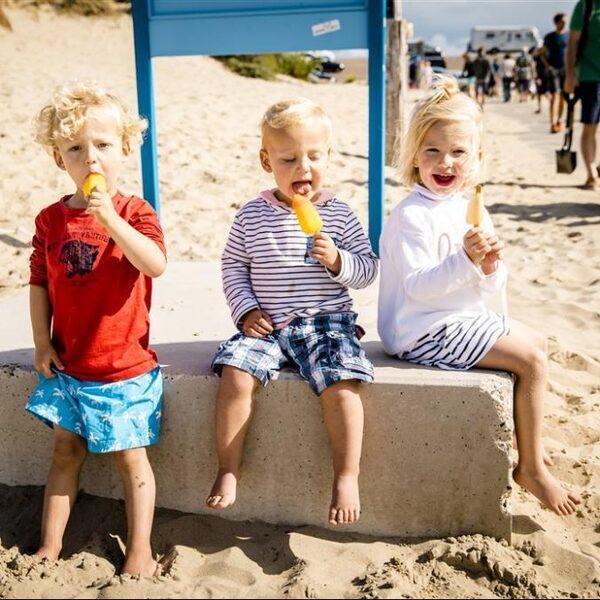 In strijd tegen de hitte: 'Draag weinig kleding en neem een ijsje'