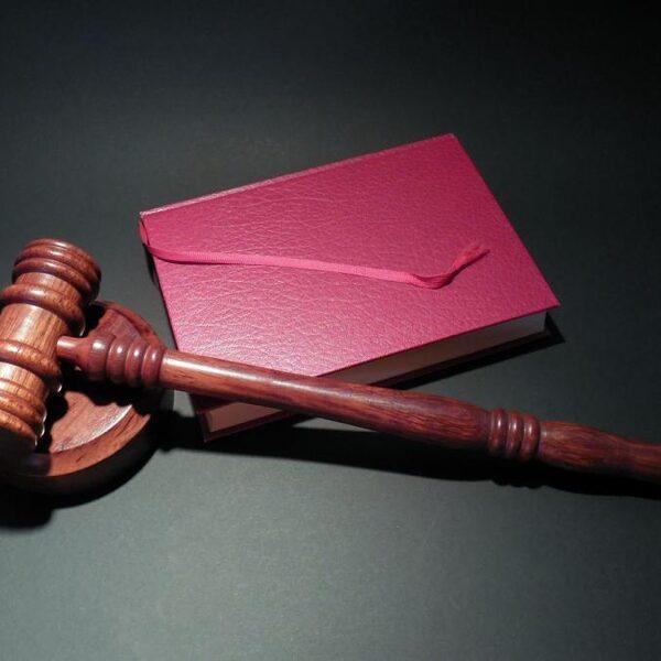 Met deze slimme nudges krijg je mensen de rechtszaal in