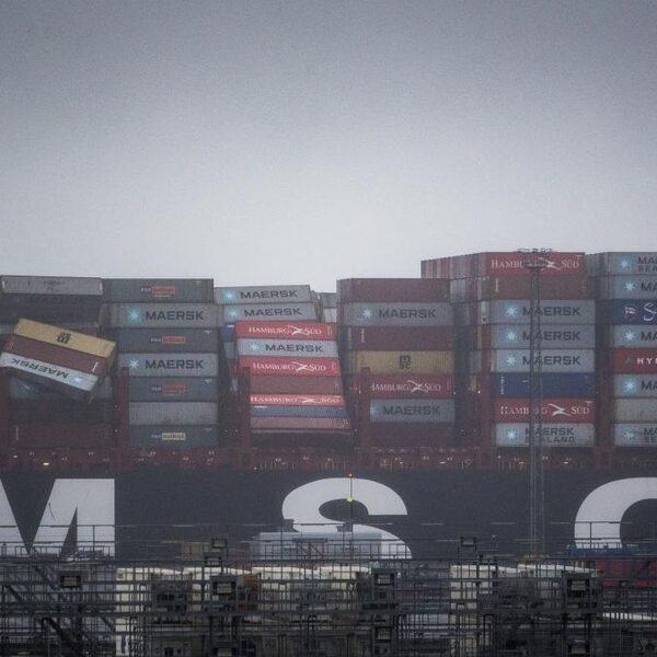 Podcast De Zomerdag: Hoe gevaarlijk is de 'container-snelweg' boven de Wadden?